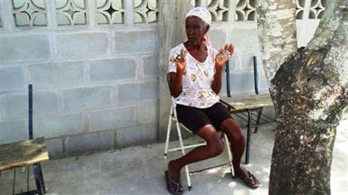 """A força do """"benzimento"""" mantém tradição no interior de Linhares com Mãe Preta"""