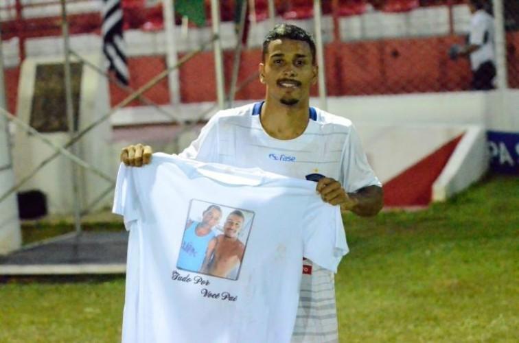 Atacante do Linhares se emociona com gol após morte do pai
