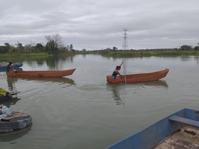 Famílias em situação de extrema pobreza recebem barcos e redes de pesca em Linhares