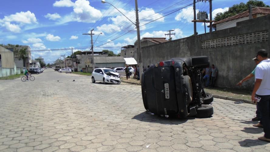 Funcionário de lava jato bate de frente com Pálio e capota com Pajero de médico no Shell