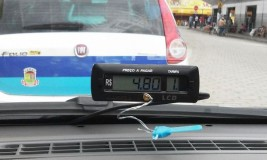 Bandidos fazem taxista de refém e assaltam posto de gasolina; amigo da vítima é suspeito