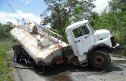 Caminhão-pipa da Prefeitura parte ao meio e carona é arremessado para fora do veículo; veja vídeo