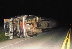 Carreta carregada de gasolina tomba na ES 248 e interdita rodovia