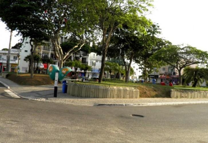 Mulher é esfaqueada pelo ex-companheiro em praça do centro de Linhares